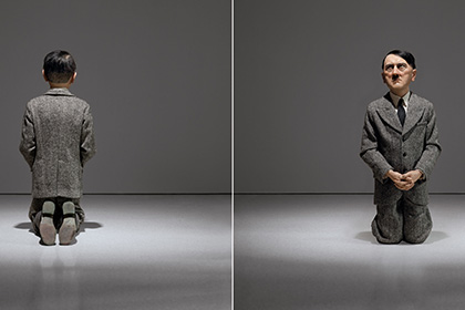 Статуя стоящего на коленях Гитлера