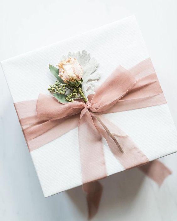 Упаковка подарков с цветами