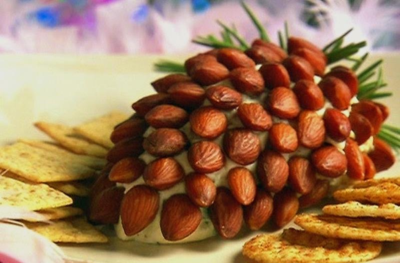 «Еловые шишки» - потрясающий новогодний салат с оригинальным оформлением