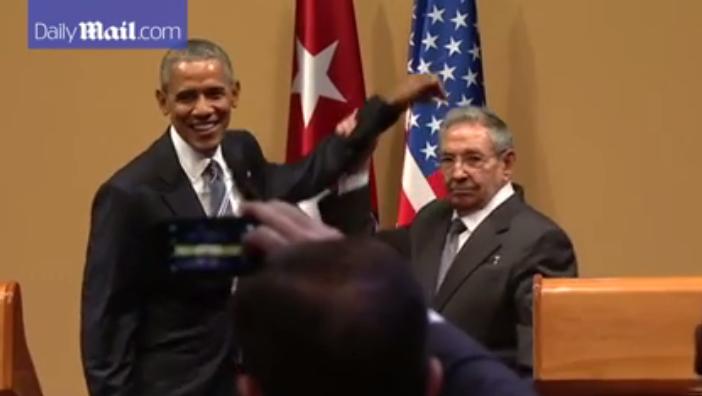 Честь и достоинство. Рауль Кастро не позволил Обаме похлопать себя по плечу (видео)
