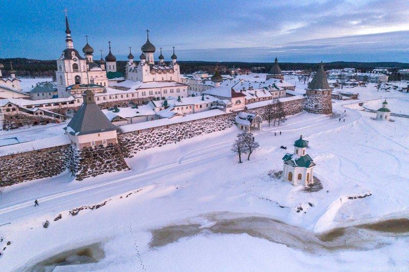 Стена Соловецкого монастыря построена из валунов, между которыми находятся кирпичи. красота, природа, с высоты птичьего полета, соловки