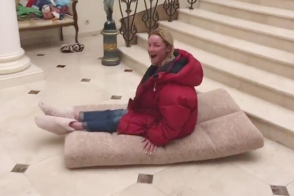 Анастасия Волочкова оседлала матрац и в шпагате съехала по лестнице своего дома