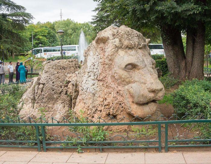 Памятник последнему дикому берберскому льву, убитому здесь, в Атласских горах, в 1920-х годах. Он вырублен из глыбы известняка. /Фото:wikipedia.org