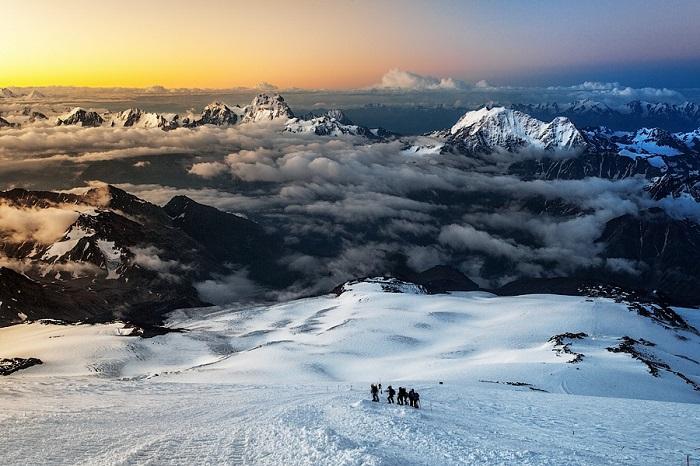 Эльбрус расположен севернее Большого Кавказского хребта и является высочайшей вершиной России.