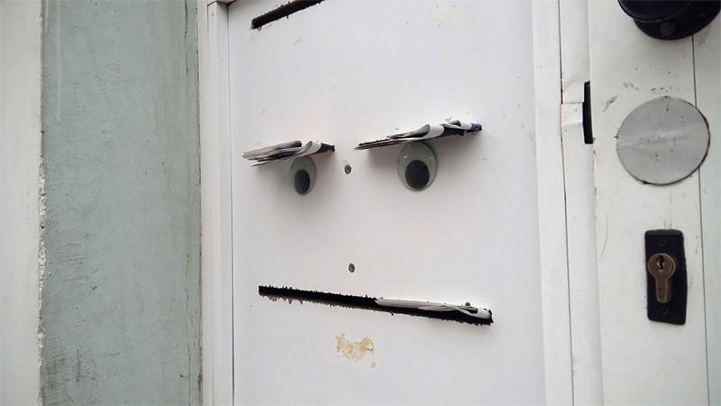Болгарский уличный художник крепит выпуклые глаза к поломанным вещам, наделяя их забавным видом глаза, художник
