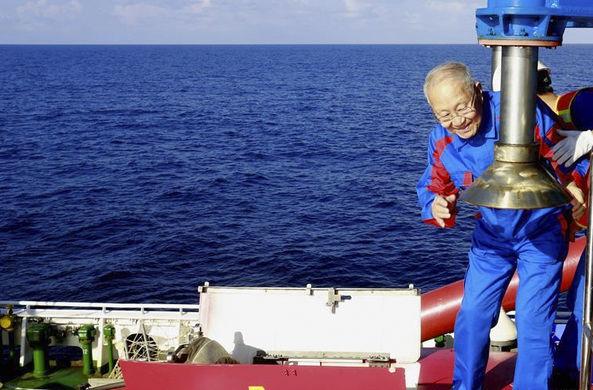 Китайский 82-летний геолог погрузился на 1500 м в пилотируемом батискафе