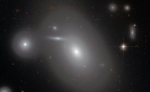 Галактика NGC 4889, содержащая самую большую известную чёрную дыру