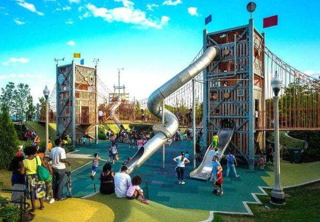 Детская площадка с разнообразными аттракционами Фото Diario Online