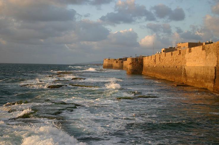 С крепостной стены, возведённой в 950 году, открывается потрясающий вид на море