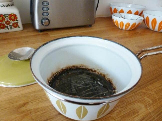 Как очистить пригоревшую кашу от кастрюли