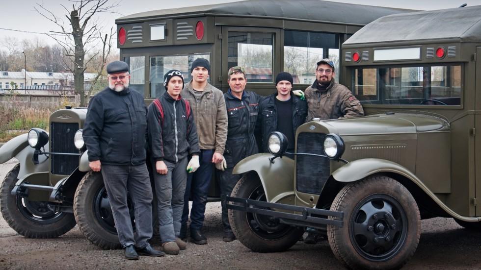 Коллектив реставрационной мастерской Retrotruck с репликами автобусов ЗИС-8 и ГАЗ-03-10