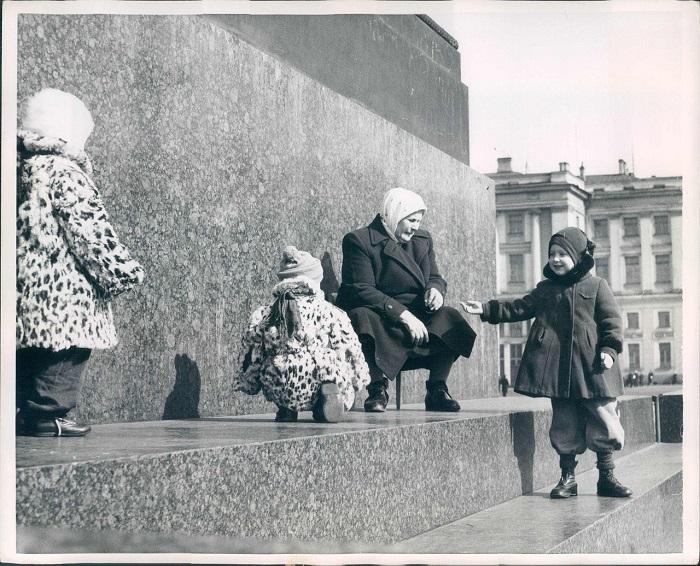 Бабушка с внуками на прогулке, 1960 год.
