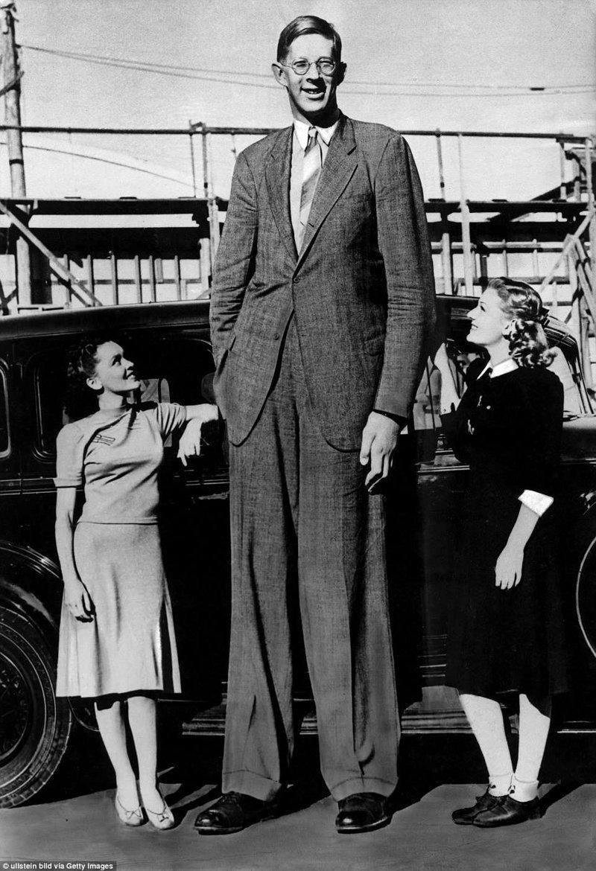 """Роберт часто позировал для фотографий с людьми, которые его об этом просили. Ему дали прозвище """"Небоскреб"""" акромегалия, великан, опухоль, рекорд, рекорд гиннесса, рекордсмен Гинесса, самый высокий, самый высокий человек"""