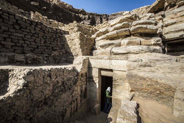 Ученые нашли полностью сохранившуюся гробницу и были в шоке от содержимого