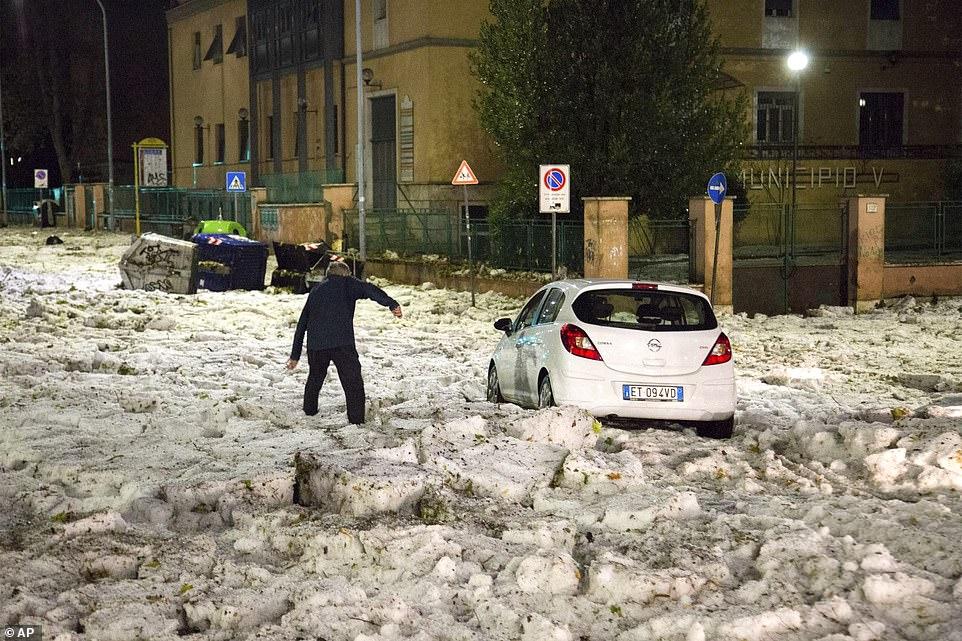 В Риме было +27, а потом его резко завалило снегом и льдом. Вот фото этого кошмара