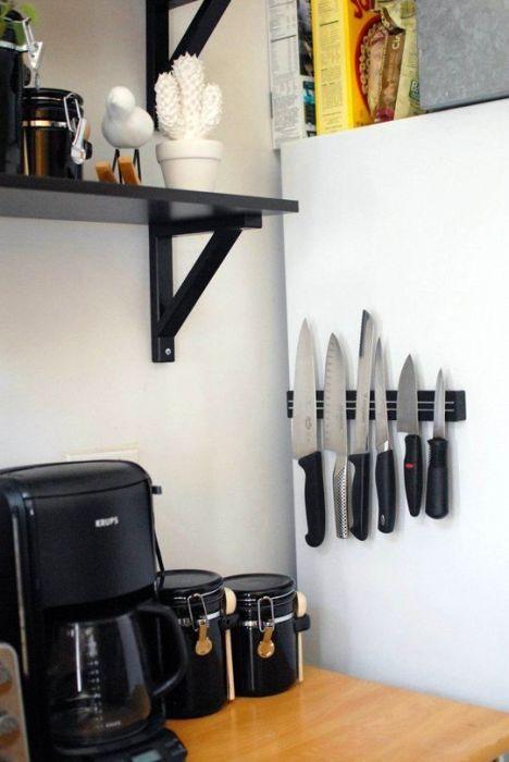 Такие магнитные полки прекрасным местом для хранения ножей и не только.