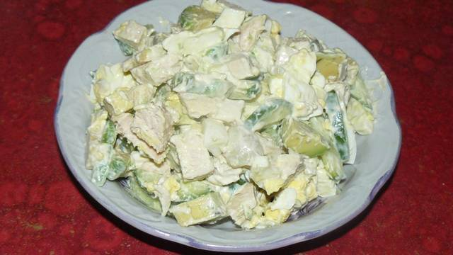 Фото к рецепту: Салат с авокадо, яйцом и курицей