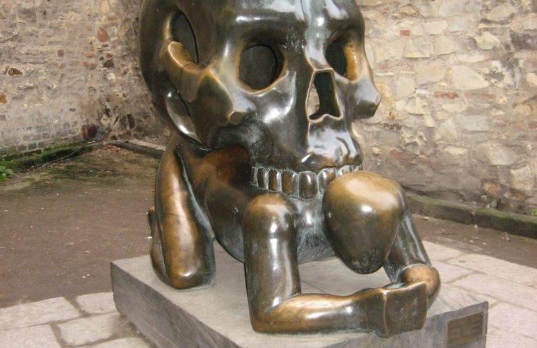 Необычные памятники Праги. Скульптура «Притча о черепе»