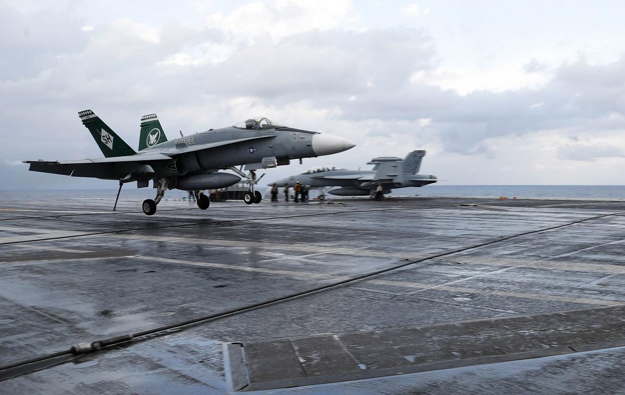Финский летчик совершил посадку на американский авианосец