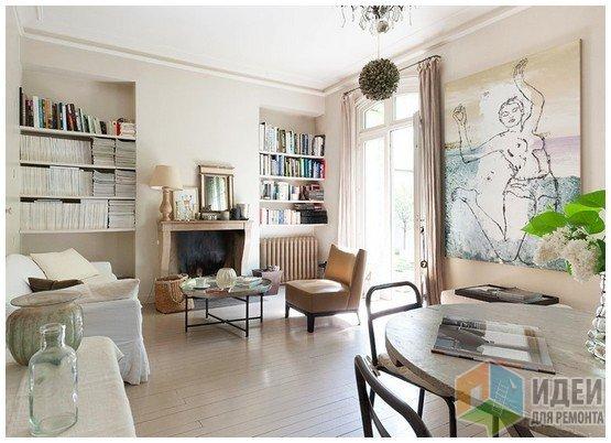 Классическая симметричная композиция для гостиной: книжные полки в нишах по бокам от каминного портала. В обычной квартире по центру может располагаться биокамин или декоративный портал без горелки и дымохода. Фото интерьера: Lionel Moreau