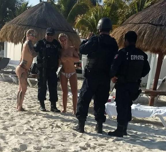 Троих мексиканских полицейских отстранили от службы за фото с туристками