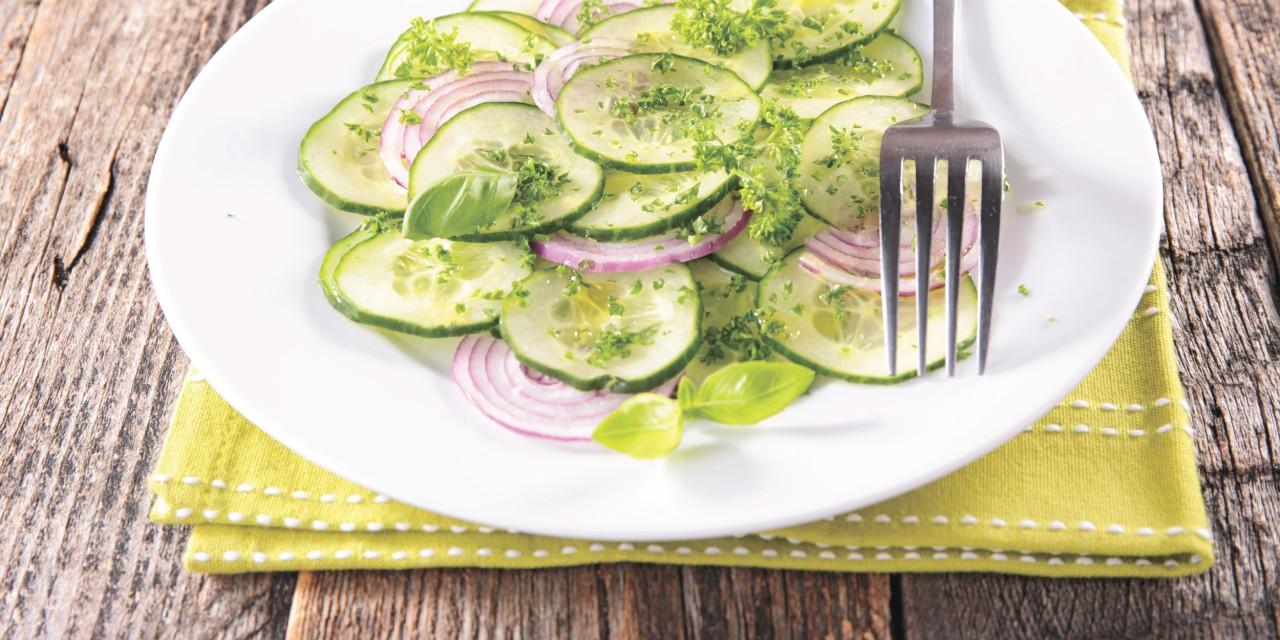 РЕЦЕПТЫ: 5 необычных и полезных салатов с огурцом