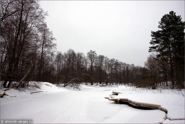 Очарованный мир зимней реки с необычными хрустальными берегами