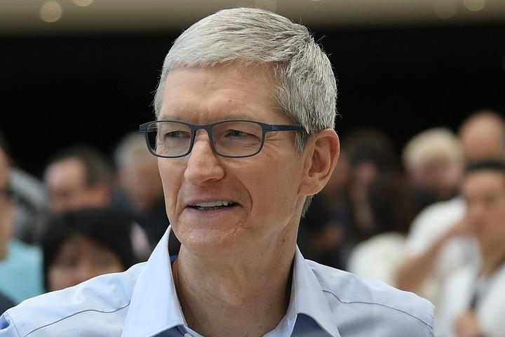 Глава Apple Тим Кук стал реже пользоваться iPhone