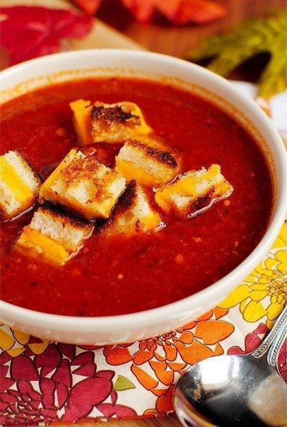 Томатный суп с сырными гренками