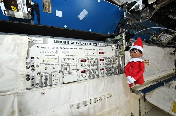 На МКС появился рождественский эльф