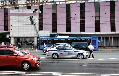 На юго-западе Москвы автобус с пассажирами врезался в столб