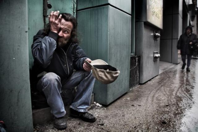 Однажды девушка просто купила бездомному кофе и булочку. Тогда он сунул ей записку…