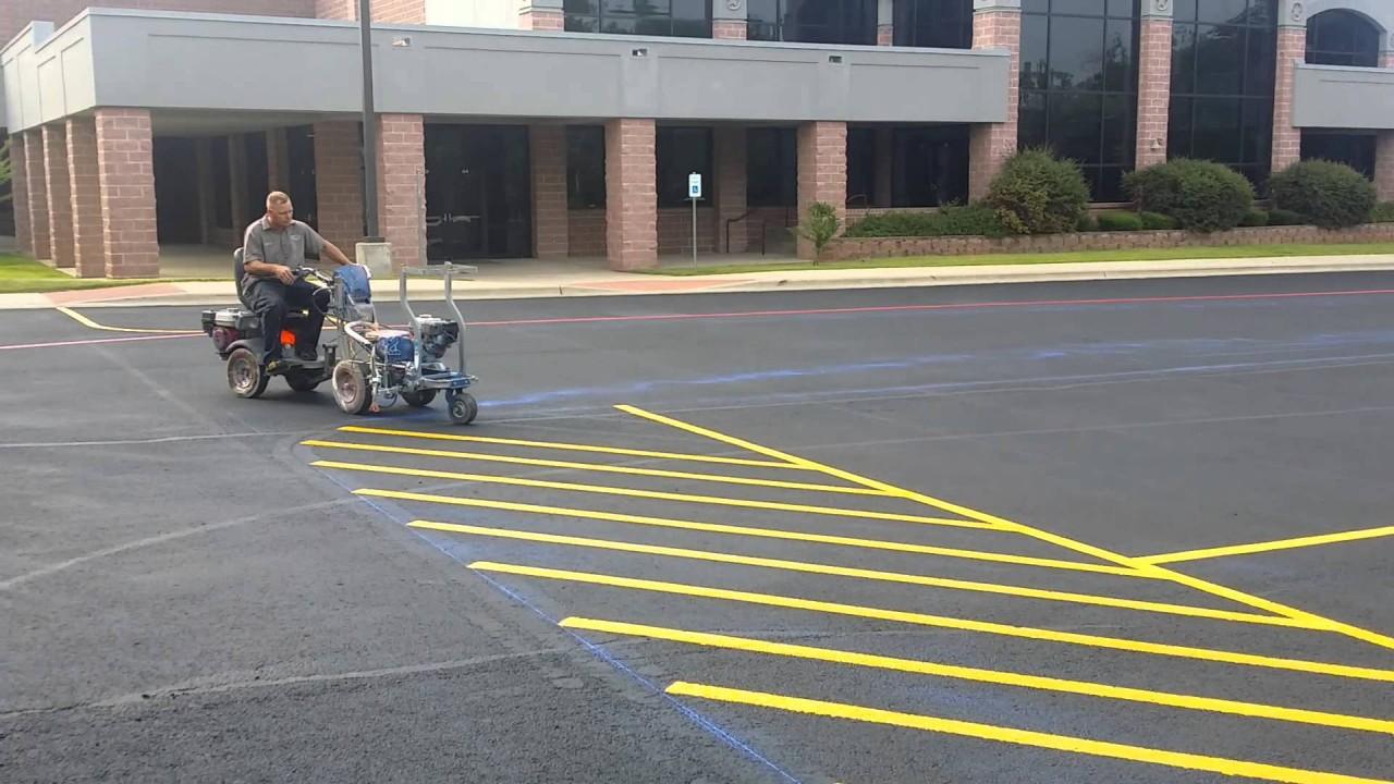 Мастер своего дела: профессиональный рисовальщик разметки на парковке