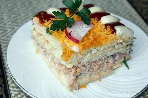 Простой рыбный торт с крекерами