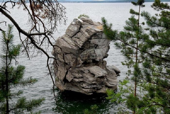 Местные племена приносили на Шайтан-Камне жертвоприношения своим богам.