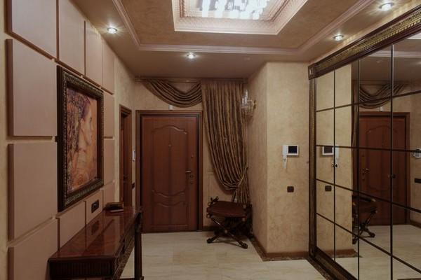 Зеркальные стеновые панели в коридоре фото