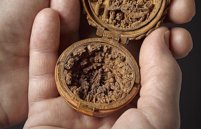 Готическая миниатюра запросто умещается в ладони.