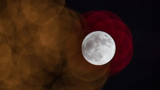 Астрономы случайно сняли видео, как в Луну врезается метеорит