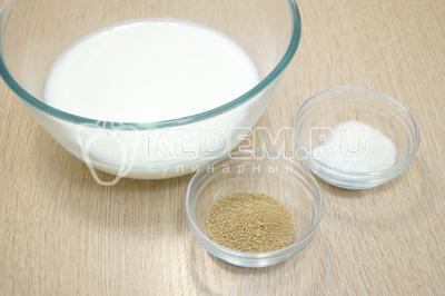 В теплом молоке развести дрожжи, сахар и соль.
