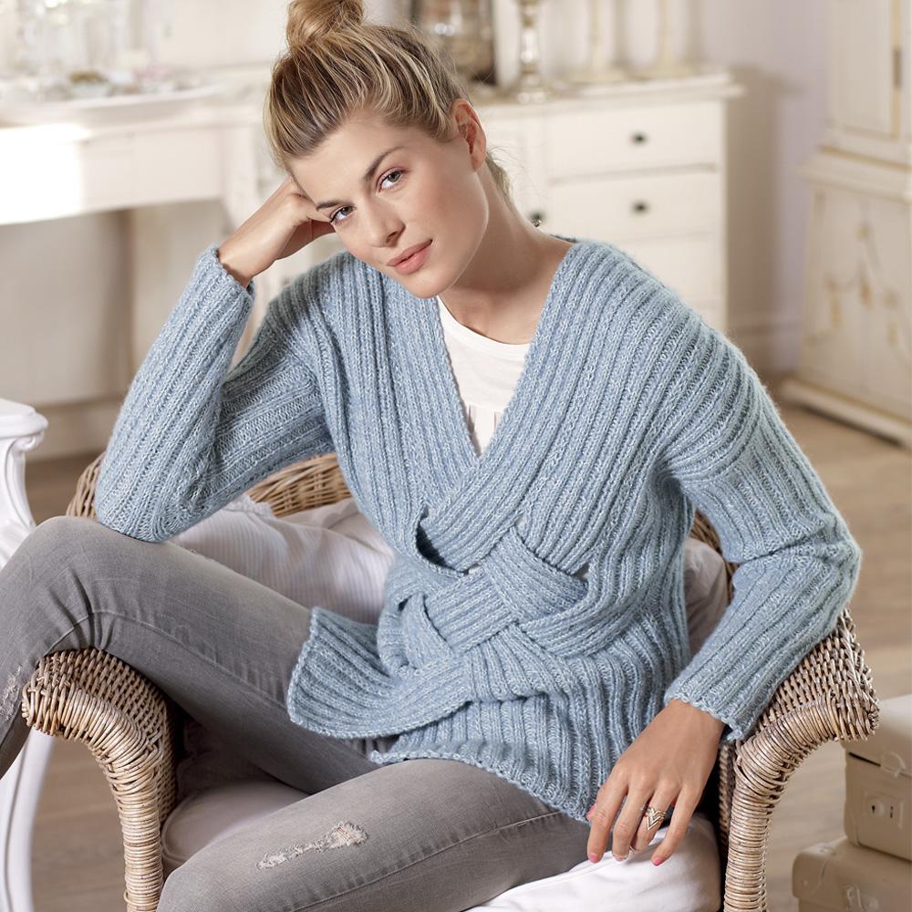 Пуловер в резинку с плетеным передом