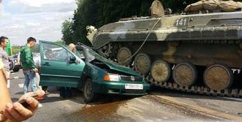 Видео, как БМП раздавила автомобиль на белорусской трассе