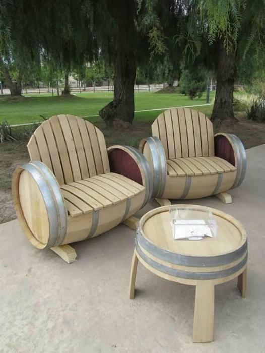 Мебель из деревянных бочек.