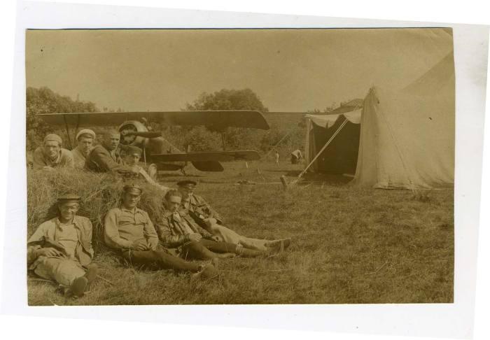 Отдых на взлетно-посадочной полосе. 1922 год.