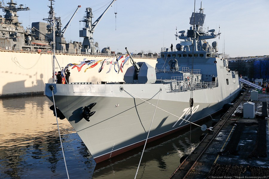 "На фрегате ""Адмирал Макаров"" поднят Военно-морской флаг"