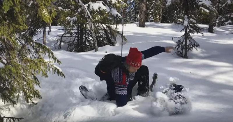 Парни прогуливались по лесу и нашли в снегу странную дыру. Когда они заглянули туда, оказались ошарашены!