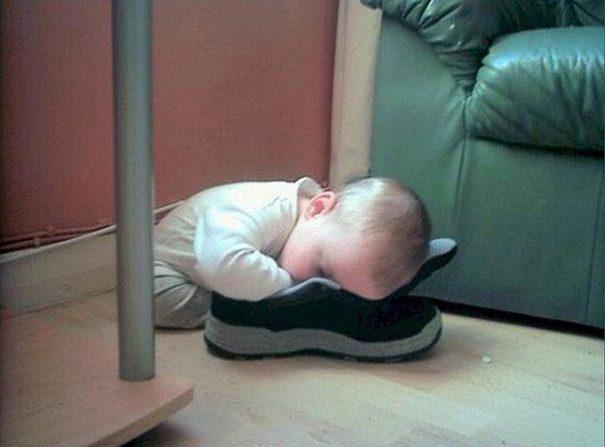 Этим детям всё равно где спать. Милота :)