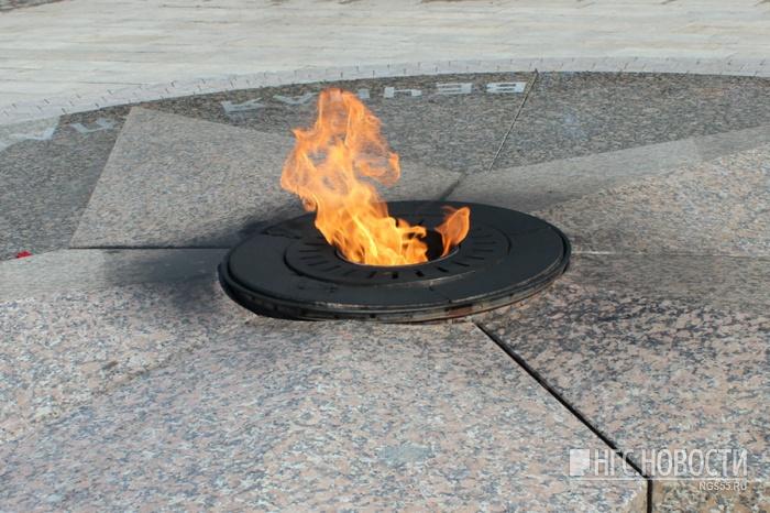 Отмеченная доской почета: В омской области отличница с подругой жарили крабовые палочки на Вечном огне