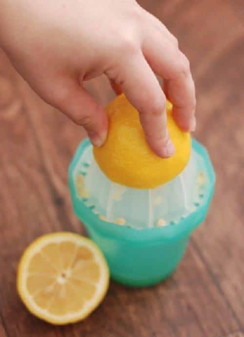 Она положила лимонную кожуру в носок… Узнав причину, я решила обязательно это попробовать!