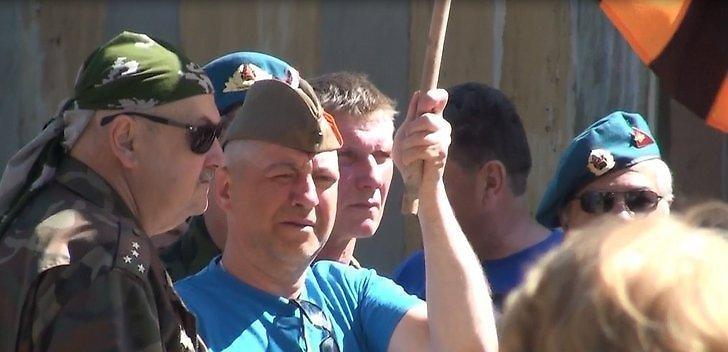 Эстонский шпион, задержанный в Санкт-Петербурге, праздновал День Победы в пилотке и с георгиевским флагом