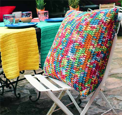 Разноцветный чехол для подушки и дорожки для стола